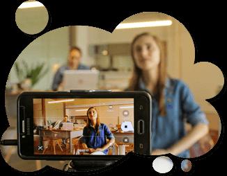 Imagem de uma mulher gravando um vídeo para ilustrar a API stream de vídeos da Datatix.