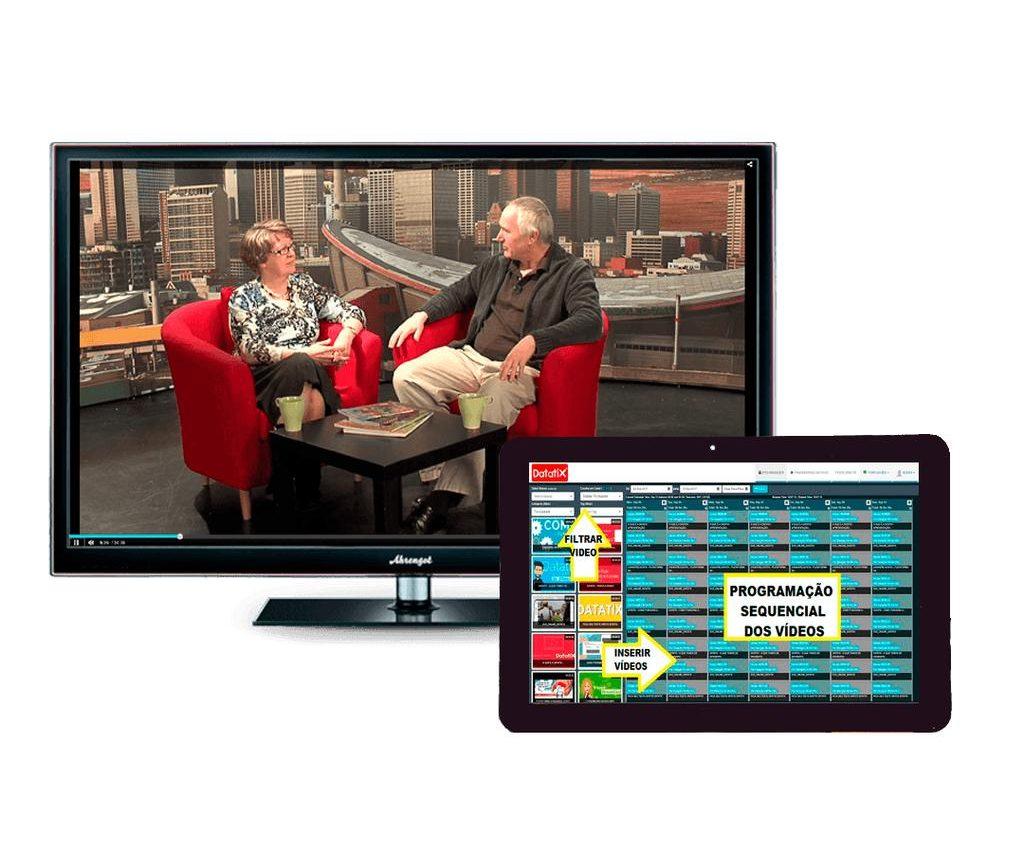 Monitor de TV e tablet exibindo programação e a plataforma WebTV.