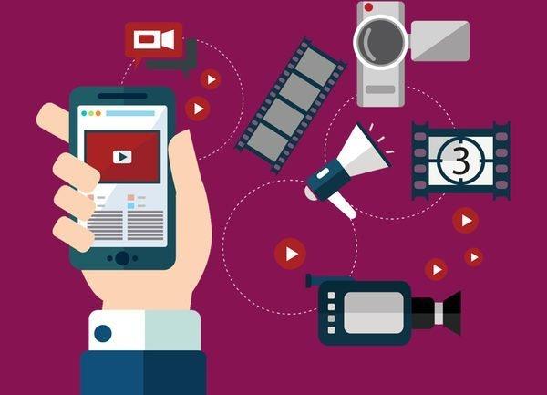 Desenho de uma mão segurando um celular, ao redor câmeras, megafone etc. Para ilustrar o player disponível nas plataformas Datatix.