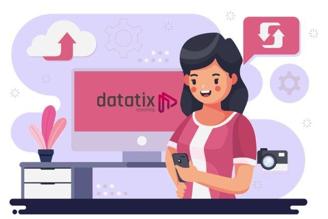 Desenho de uma mulher mexendo no celular, atrás um computador e ao redor símbolos para ilustrar o armazenamento disponível nas plataformas de streaming Datatix.